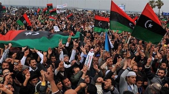 متظاهرون في طرابلس يحملون الأعلام الليبية (أرشيف)
