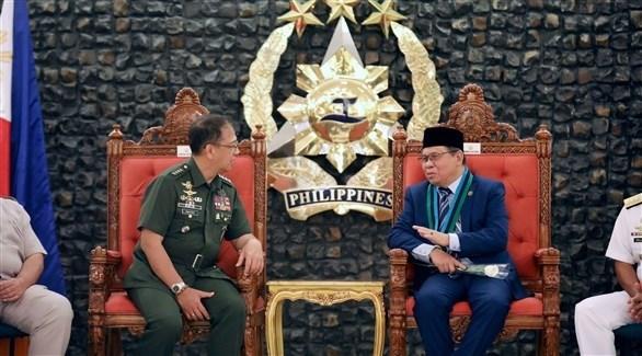 زعيم مورو جالساً مع رئيس أركان القوات المسلحة (اي بي ايه)