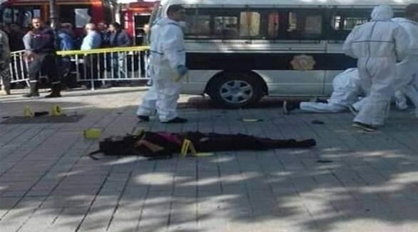 عناصر من الشرطة العلمية التونسية قرب جثة الانتحارية في شارع بورقيبة بعد مصرعها (أرشيف)
