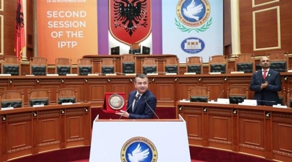 رئيس البرلمان الدولي للتسامح والسلام تاولانت بلا يعرض درعاً تذكارية تكريماً للشيخ زايد (وام)