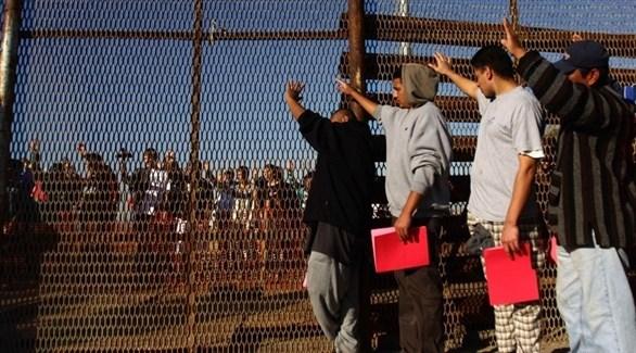 مهاجرون من المكسيك على الحدود مع أمريكا (أرشيف)