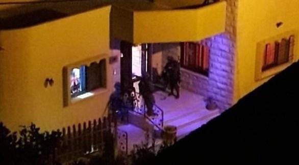 جنود الاحتلال يقتحمون أحد المنازل في دير الغصون (تويتر)
