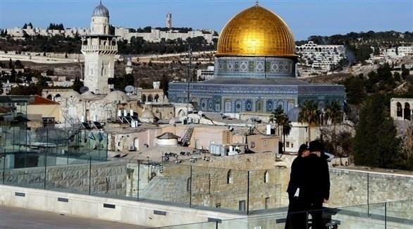 مستوطنان إسرائيليان في القدس ووراءهما قبة الصخرة (أرشيف)