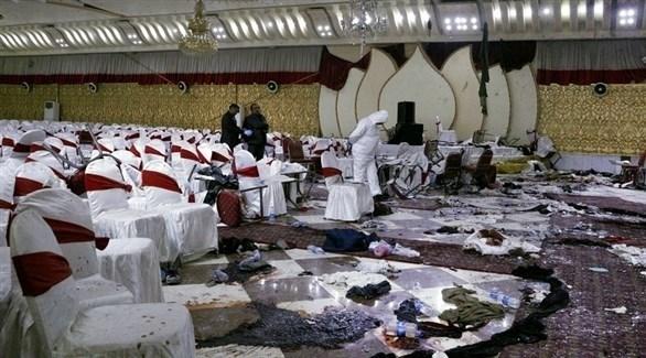 محققون أفغان في القاعة التي استهدفها التفجير الإرهابي في كابول (إ ب أ)