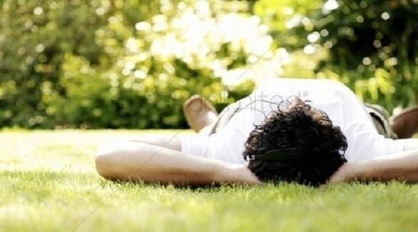 رجل نائم في حديقة (أرشيف)