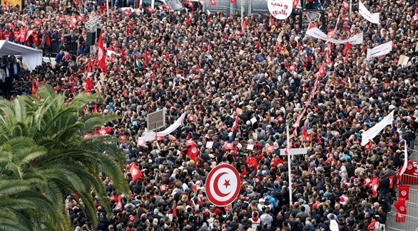 تونسيون يتظاهرون  في ساحة باردو أمام مجلس النواب (تويتر)