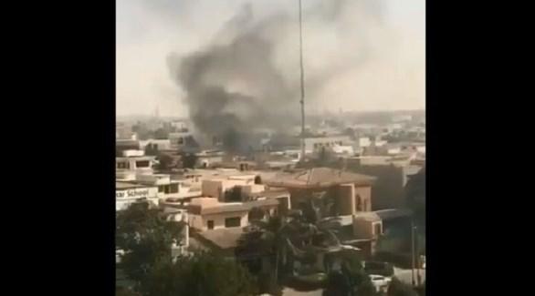 تصاعد الدخان بعد الهجوم على القنصيلة الصينية في كراتشي (تويتر)