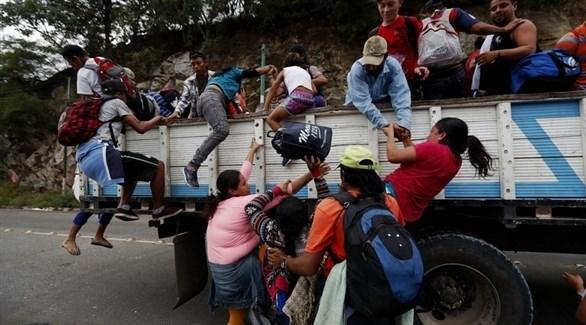 مهاجرون هندوراس من القافلة المتجهة إلى أمريكا يركبون الشاحنات (إ ب أ)
