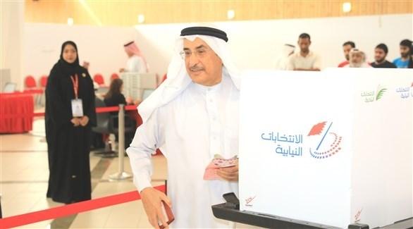 نائب رئيس مجلس الوزراء البحريني خلال إدلائه بصوته (أرشيف)