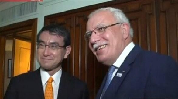 وزيرا خارجية فلسطين رياض المالكي واليابان تارو كونو (هيئة الإذاعة والتلفزيون اليابانية)