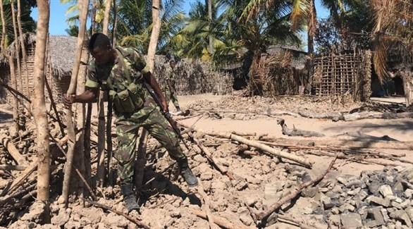 جندي في قرية تشيكوايا فيلها المدمرة بعد إحراقها (أ ف ب)