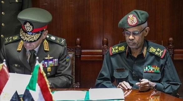 رئيس أركان الجيش السوداني عبد المعروف ونظيره المصري حجازي (أرشيف)