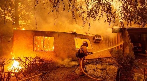 الدفاع المدني يحاول اطفاء الحريق (أ ف ب)