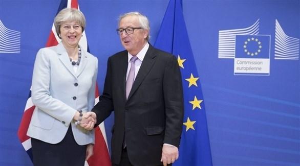 رئيس المفوضية الأوروبية جان كلود يونكر ورئيسة الوزراء البريطانية تيريزا ماي (أرشيف)