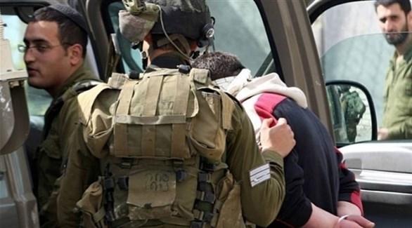 جنود إسرائيليون يعتقلون مقدسياً في المدينة المحتلة (أرشيف)