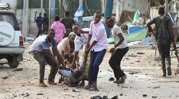 إجلاء مصاب في تفجير سابق بمقديشو (إ ب أ)