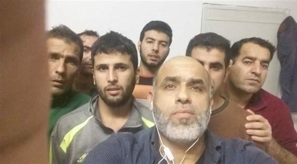 صورة متداولة قيل إنها للسوريين المحتجزين في المطار