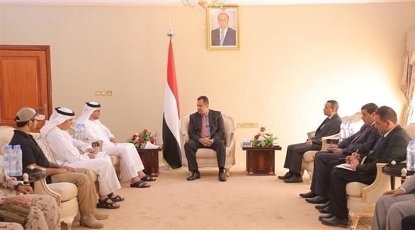 رئيس الحكومة اليمنية الشرعية معين عبدالملك وسفير أبوظبي سالم الغفلي في عدن (أرشيف)