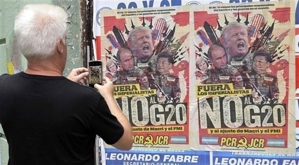 لافتة لمناهضي مناهضة مجموعة العشرين وسط بوينس آيرس أمس الثلاثاء (أ ف ب)