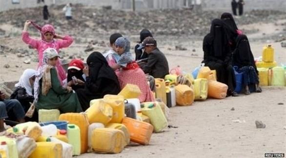 يمنيون ينتظرون دورهم للحصول على المياه (رويترز)