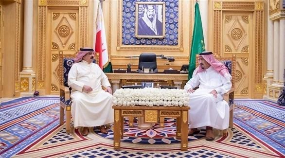 الملك السعودي مستقبلاً ملك البحرين (واس)