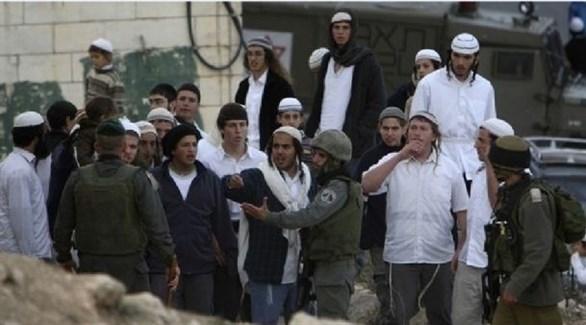 مستوطنون متطرفون بحماية جنود الاحتلال (أرشيف)