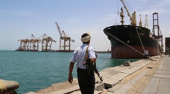 مسلح حوثي في مرسى السفن بميناء الحديدة (أرشيف)