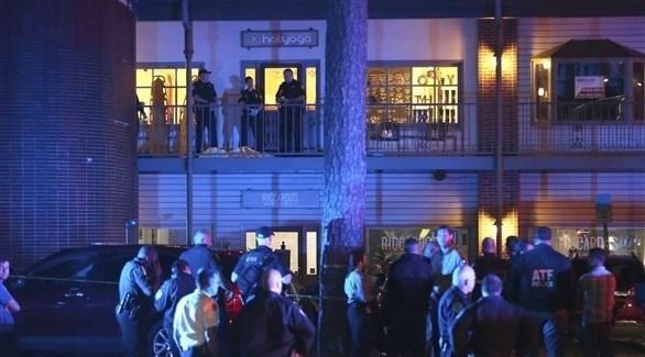 الشرطة الأمريكية أمام مركز تعليم اليوغا في فلوريدا حيث وقع الحادث (AP)