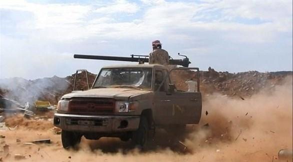عربة مسلحة للجيش الوطني تقصف مواقع للحوثيين في الحديدة (أرشيف)