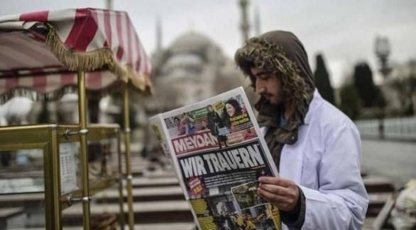 مواطن تركي يطالع صحيفة ورقية (أرشيف)