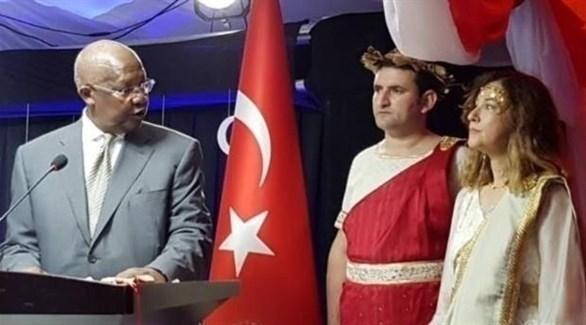 السفيرة التركية ومساعدها بالزي الإغريقي (تويتر)