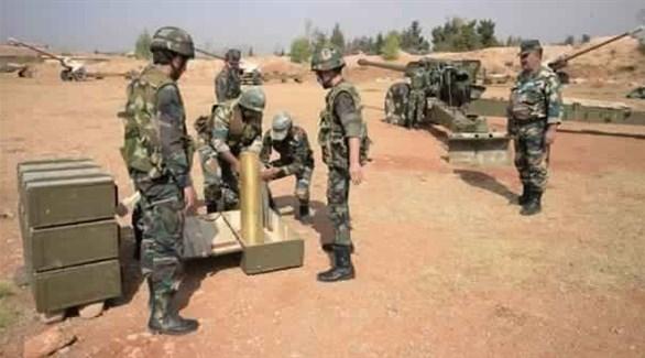 جنود من قوات النظام السوري يحضرون مدفع للقصف (أرشيف)