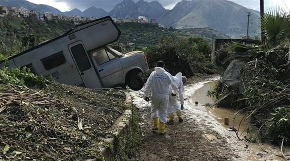 شرطيان إيطاليان تفقدان الأضرار في كاستلداتشا  بصقلية (لاستامبا)
