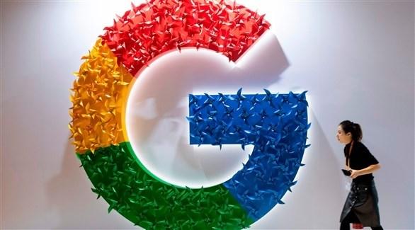 امرأة تمر بجانب شعار غوغل (أ ف ب)