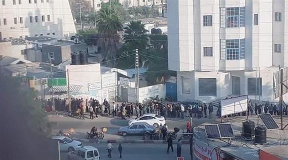 آلاف الفلسطينيين يصطفون لاستلام رواتبهم اليوم (فيس بوك)