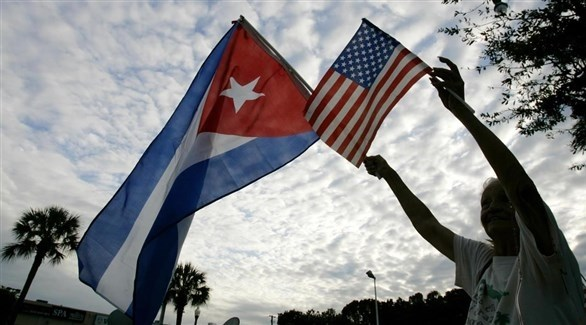مسنة ترفع علما أمريكا وكوبا (أرشيف)