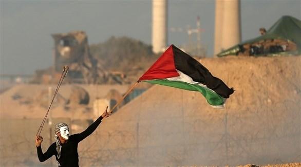متظاهر فلسطيني على حدود غزة (أ ف ب)
