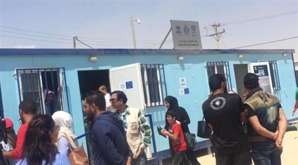 لاجئون سوريون أمام مكتب تشغيل للأمم المتحدة في مخيم الزعتري بالأردن (أرشيف)