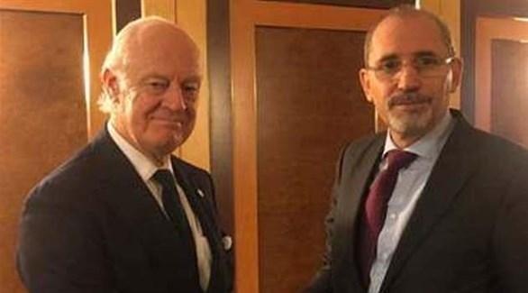 وزير الخارجية الأردني خلال لقائه المبعوث الأممي إلى سوريا (تويتر)