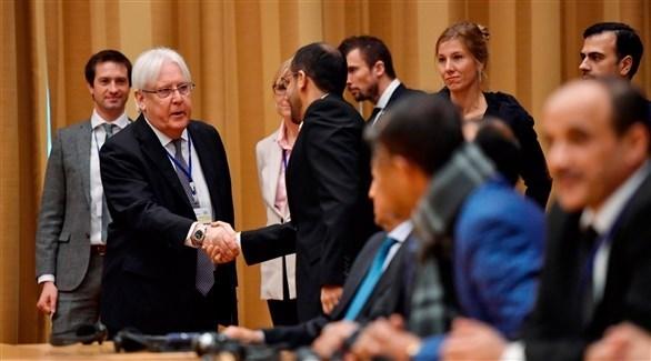 مبعوث الأمم المتحدة مصافحاً اليمنيين في السويد (أ ف ب )
