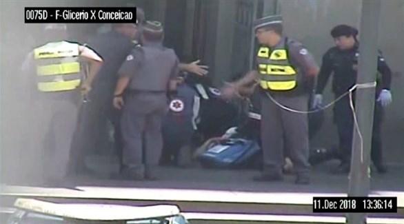 رجال الشرطة تعاين الجثث