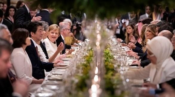 أنجيلا ميركل خلال مأدبة عشاء جمعت بين زعماء قمة العشرين في بوينس آيرس (إ ب أ)