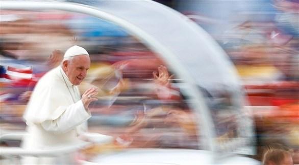 بابا فرنسيس يمر بجانب المؤمنين (أرشيف / رويترز)