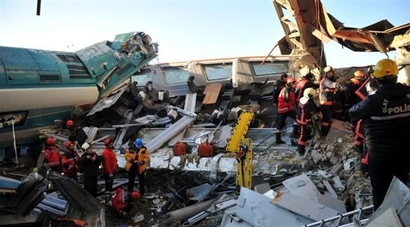 مسعفون ومنقذون في موقع تحطم القطار التركي (تويتر)