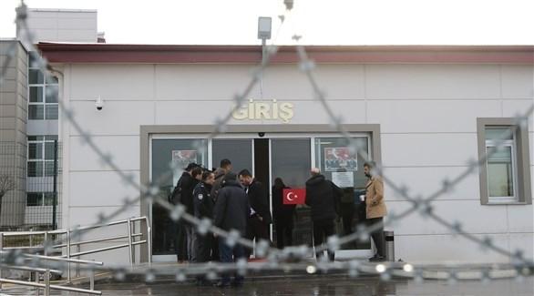 أمام  أحد المراكز الأمنية في تركيا (أ ف ب)