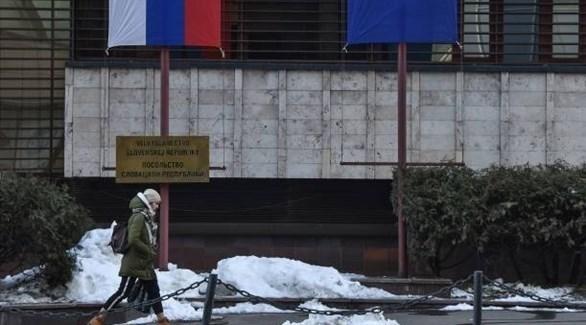 امرأة تمشي أمام سفارة سلوفاكيا في موسكو (أ ف ب )