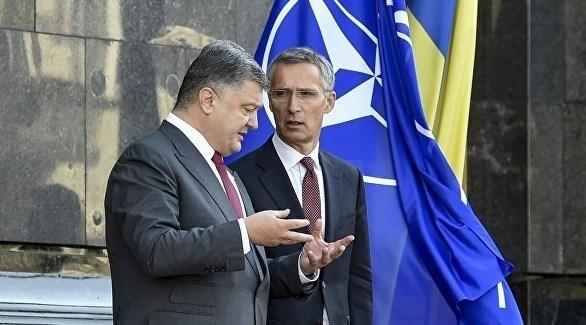 الأمين العام لحلف الناتو، ينس ستولتنبرغ، والرئيس الأوكراني، بترو بوروشنكو (أرشيف)