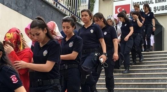 شرطة نسائية تركية خلال ترحيل معتقالات بعد عرضهن على المحكمة (أرشيف)