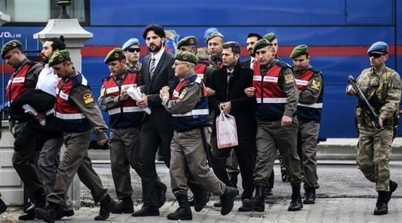 الأمن التركي يقتاد بعض المشتبه بهم في محاولة الانقلاب ضد أردوغان (أ ف ب)