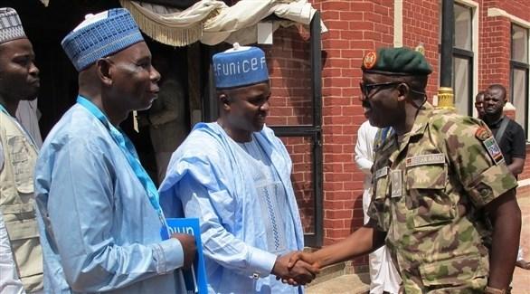 جنرال من الجيش النيجيري يصافح مسؤولين من يونيسف